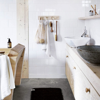 Betónová podlaha pôsobí štýlovo, minimalisticky, navyše jej vôbec neprekáža voda, čo je v prípade kúpeľní nesporná výhoda. Betón je pritom nenáročný na údržbu a 100 % recyklovateľný.
