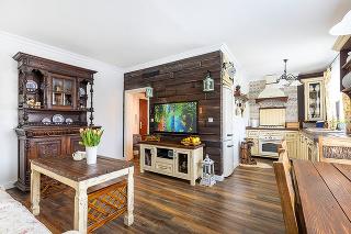 """Zjednotený priestor Pri rekonštrukcii spojili obývačku skuchyňou, vďaka čomu pôsobí denná časť bytu priestrannejšie. Dvojizbový byt sa tak zmenil na """"2 + kk""""."""