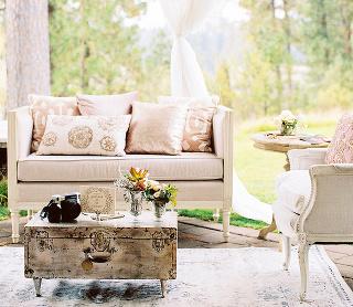 Biela farba je nežná aočarujúca. Tvorí vynikajúci základ pre romanticky ladenú obývačku. Zostať však len pri bielej by bola veľká škoda. Okrem dreva azelene pridajte ifarby. Neformálny pocit vytvoria pastelové tóny zelenej, modrej aružovej, noblesnejš