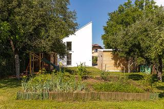 netradičný dom v záhrade