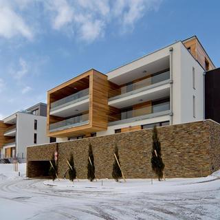 Jedna z výnimiek bytového komplexu, ktorá spĺňa základný predpoklad kvalitného bývania – má dobrú polohu a kvalitný architektonický návrh aj s veľkorysými verejnými parkovými plochami.