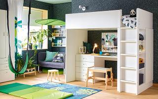 ROZKLADACIA PODLOŽKA na cvičenie Plufsig prebúdza vdeťoch chuť skákať, váľať ajašiť sa. Vzloženom stave nezaberie veľa miesta, rozložená má rozmery 78× 185 cm. Za 19,99 € ju nájdete vponuke IKEA.