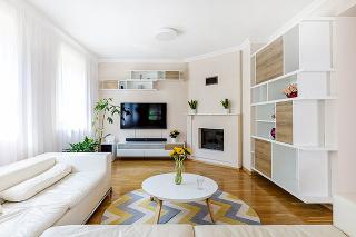 nábytok, ktorý je kombináciou otvorených políc auzatvorených úložných priestorov