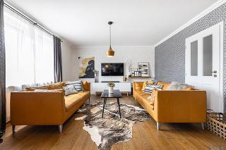 Dve žltohnedé kožené pohovky v obývačke