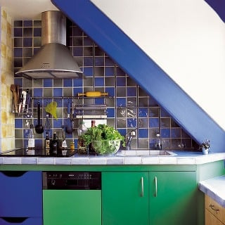 Odvážna farebná kombinácia kuchynskej linky, obkladu ašikmých krokiev vpodkrovnej kuchyni. (Patrick Smith)