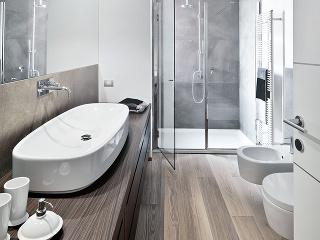 PRIESTOR je alfou aj omegou pohodlnej modernej kúpeľne. Nechcete sa predsa pri umývaní zubov tlačiť na umývadlo či si počas sprchovania búchať lakte o stenu. Doprajte si veľkorysú kúpeľňu, hoci i na úkor inej miestnosti. Trávite tam pomerne dosť času, tak