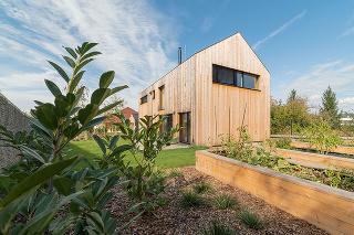 rodinný dom z drevených CLT panelov a drevených sendvičových panelov so stĺpikovým nosným jadrom
