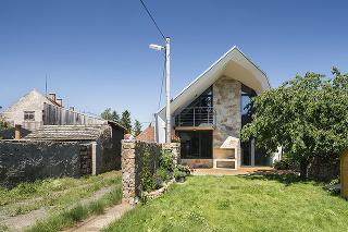 Dom sa otvára smerom do záhrady a na susediace pole.