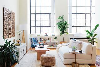 biela sedačka v interiéri