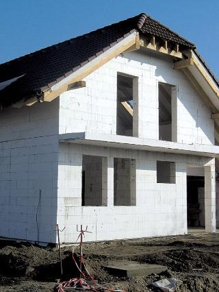 Často používaným murovacím materiálom sú pórobetónové tvárnice. Populárne sú najmä vďaka vysokej presnosti a pomerne nízkej objemovej hmotnosti.