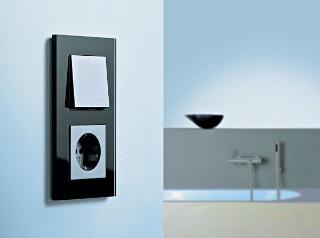 Vypínač pre náročných Gira Esprit v čiernom sklenenom zhotovení predstavuje ušľachtilý a vysokokvalitný detail, ktorý podčiarkne eleganciu každého moderného interiéru.