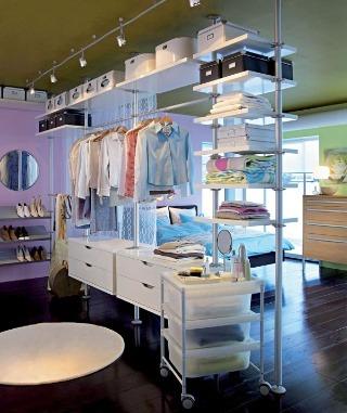 Odvážne riešenie, keď šatník od spálne delí ľahká montovaná stena a záves. IKEA