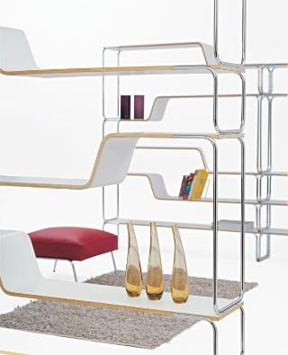 Modulárny policový systém Loop z tvarovanej preglejky a oceľovej rúrkovej konštrukcie navrhli dizajnéri Biagio Cisotti a Sandra Laube. BRF
