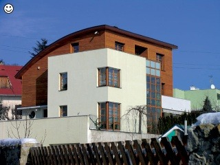 Drevo je drevo. A ak je osadené do zaujímavo navrhnutých stavebných otvorov, pri ktorých má svoje miesto aj časť drevenej fasády, málokedy je čo pokaziť.