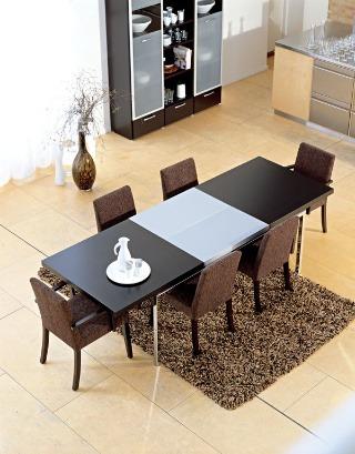 Rozkladací stôl Occa 351025 od firmy Bo Concept. Materiál: chrómová konštrukcia (na výber aj z brúsenej ocele alebo dyhovaná), stolová doska dyhovaná (wengé) (aj dub, čerešňa, orech a biely lak), rozkladací modul len z brúsenej ocele. Rozmery: v 73 × d 18