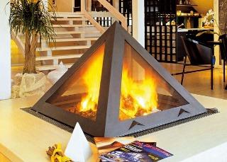 Kozub ako pyramída s novým technickým riešením dymového systému skrytého v hranách pyramídy. Pri vyklopení krytu sa zintenzívni pocit z praskajúceho ohňa.