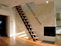 Veľmi strmé schodisko s