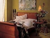 Vedľa masívnej pohodlnej postele