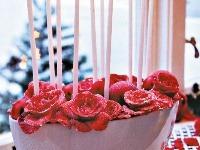 Sviečky uprostred ruží -