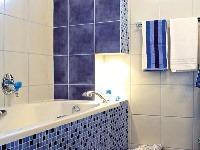 Originalita kúpeľne spočíva jednak v plastickom modelovaní ník ...