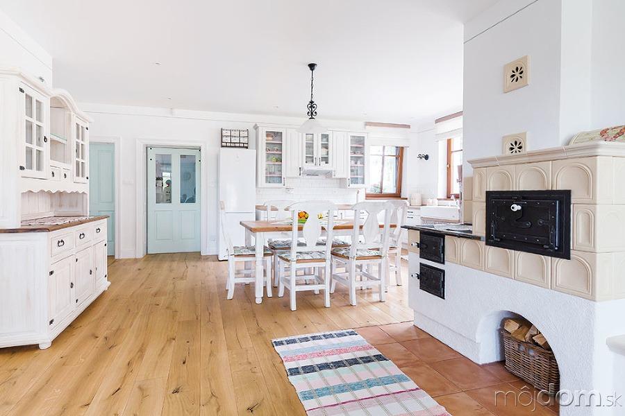 6838fc471 Pekná a praktická kuchyňa vo vidieckom štýle s tradičnou kachľovou pecou –  galéria | Mojdom.sk
