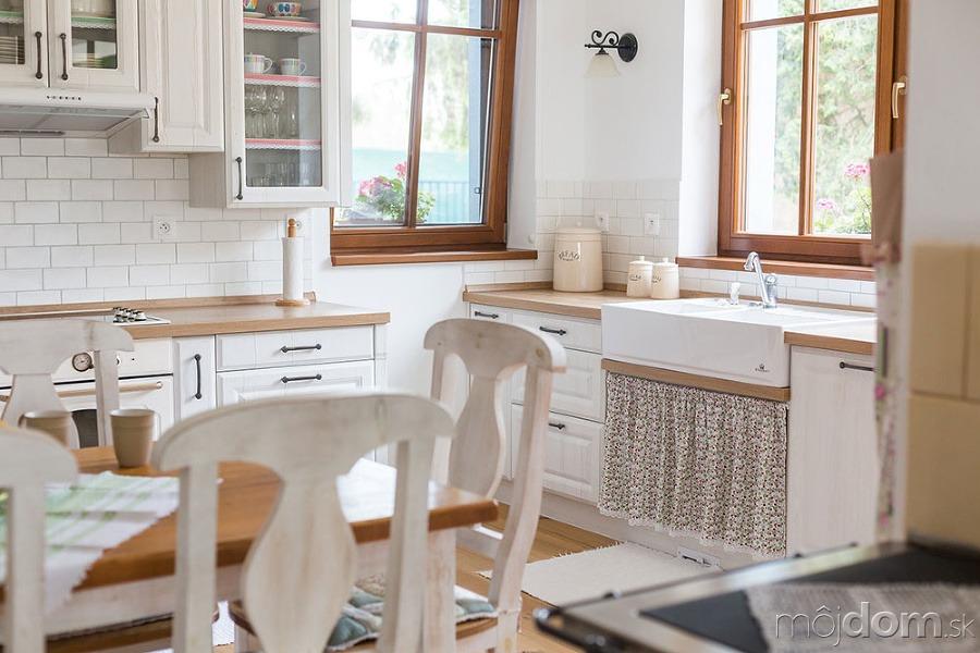 a4a6b7c8e Pekná a praktická kuchyňa vo vidieckom štýle s tradičnou kachľovou pecou –  galéria | Mojdom.sk