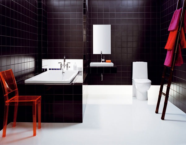 Tmavá kúpeľňa s WC
