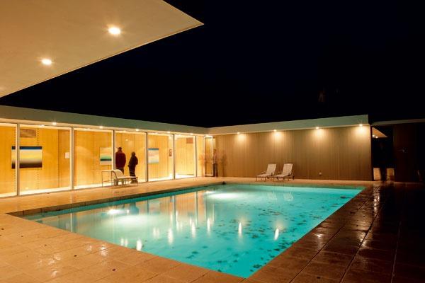 Bazén lemovaný dlažbou zo