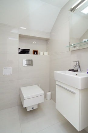 Neveľká toaleta na prízemí