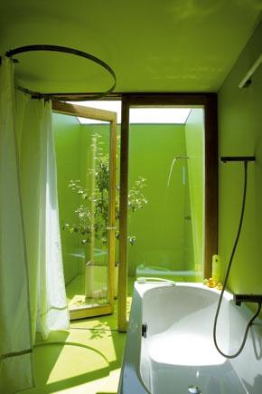Časť kúpeľne s vaňou,