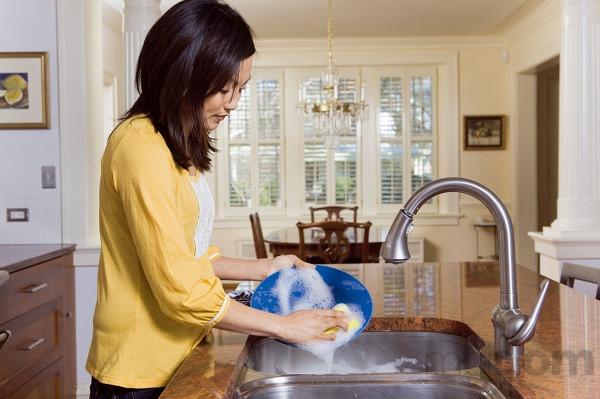 Umývanie riadu pod tečúcou