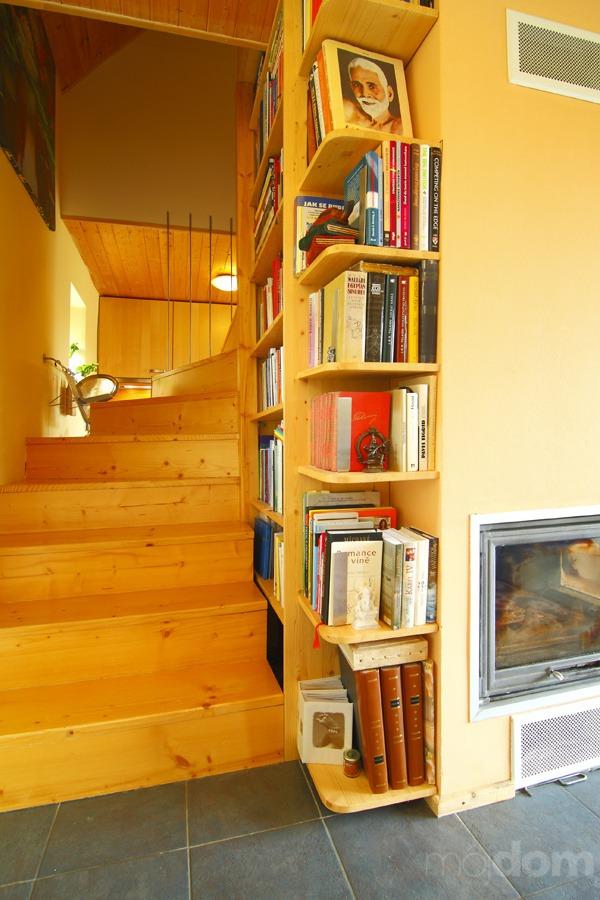 Knižnica lemujúca schody. Presne