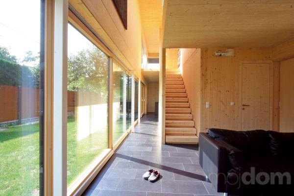 Zobývačky vedie drevené schodisko