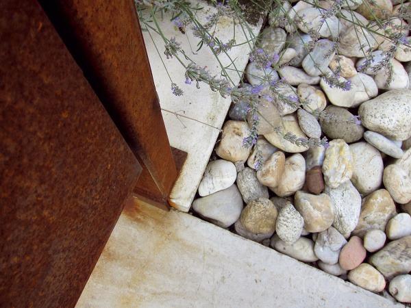 Kamenná predzáhradka pred domom