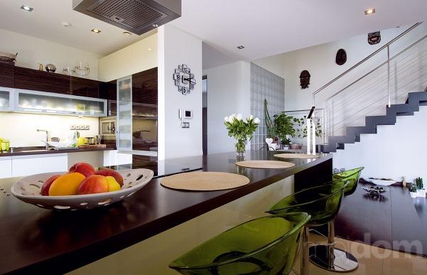 Kuchyni dominuje veľkorozmerný