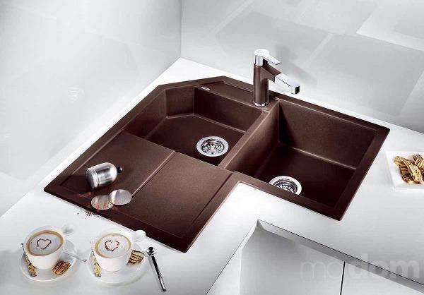 Rohové umývadlo soptimálne využitým