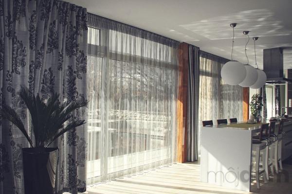 Záclony dokážu interiér premeniť