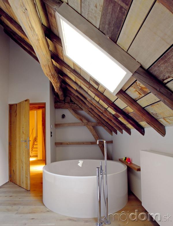 Veľkorysá kúpeľňa je vybavená