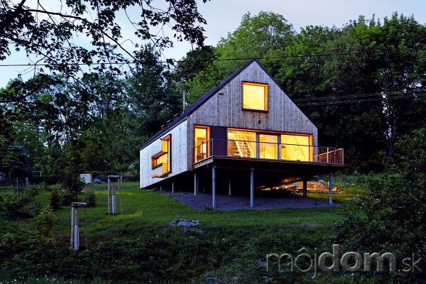 Architekti osadili dom takmer