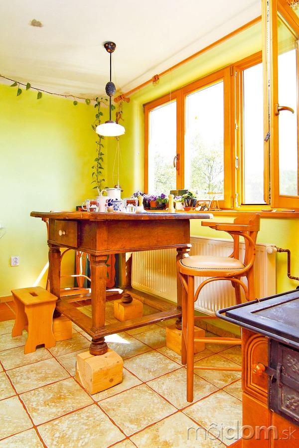 Stôl položili na drevené