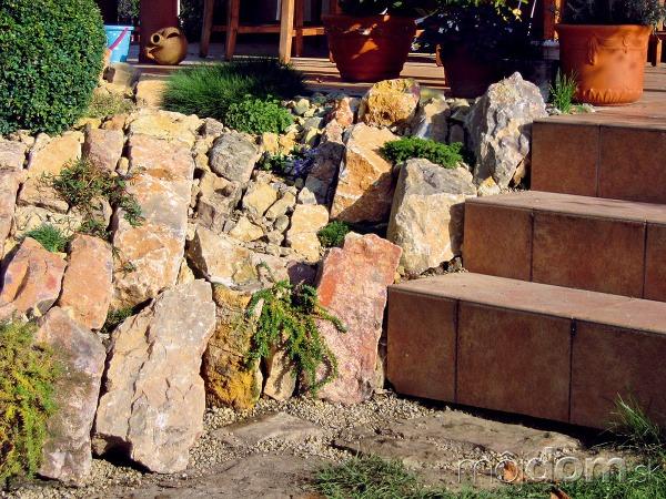 Masívnejšími kameňmi sa zakryl
