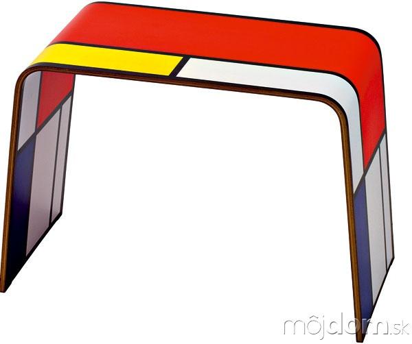 Malá jednoduchá taburetka pomôže