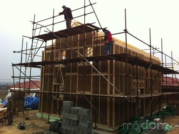 Výstavba slameného domu v