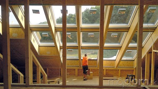Zasklenú strechu tvorí 15