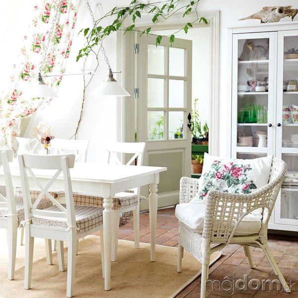 Drevená biela stolička