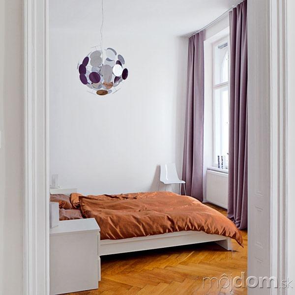 Spálňa je zariadená veľmi