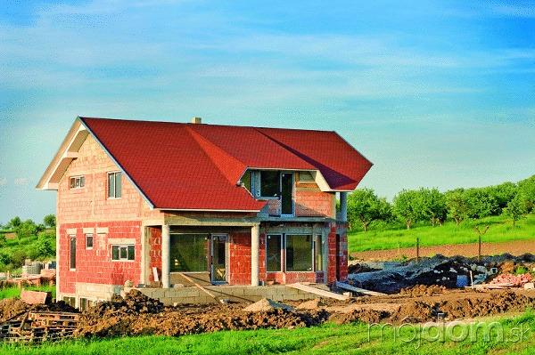 Murovaný dom alebo montovaný