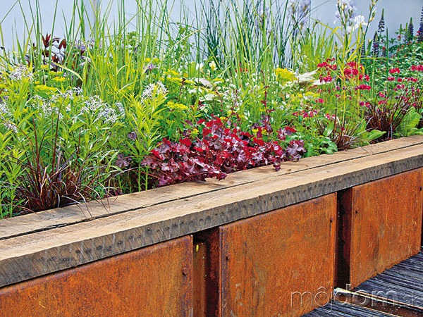 Vyvýšené záhony zeleniny alebo