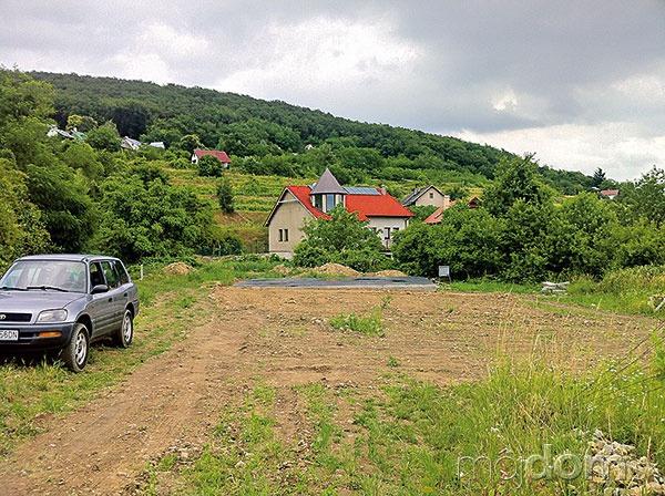 Pozemok pred stavbou domu.