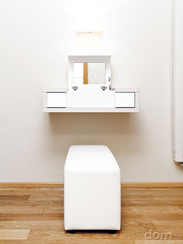 Otvárací toaletný stolík je